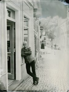 Thomas Schmitz vor der Buchhandlung in der Grafenstraße - Nasseplattenfotografie durch fuchsteufelbild